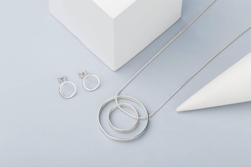 bizuteria minimalistyczna - jaka to?