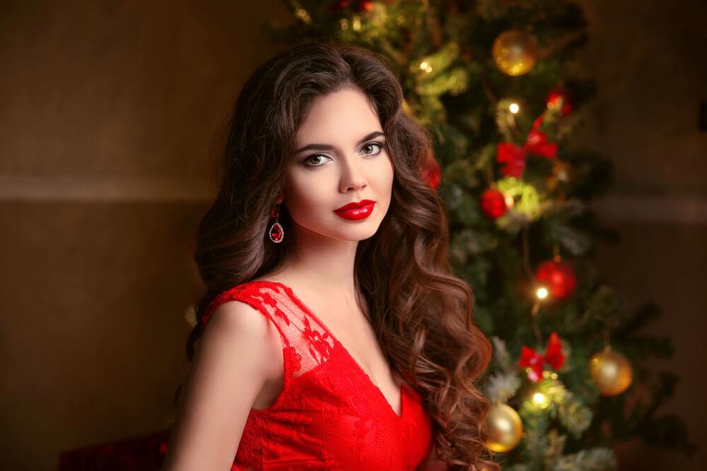 Jaka biżuteria do czerwonej sukienki