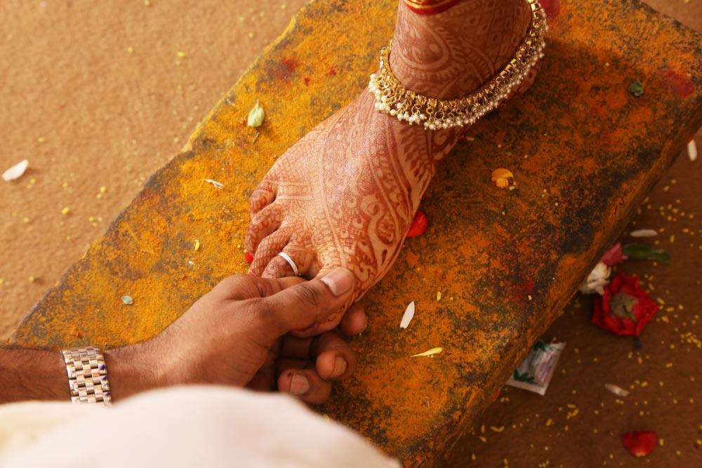 jak nosi się obrączki ślubne na świecie