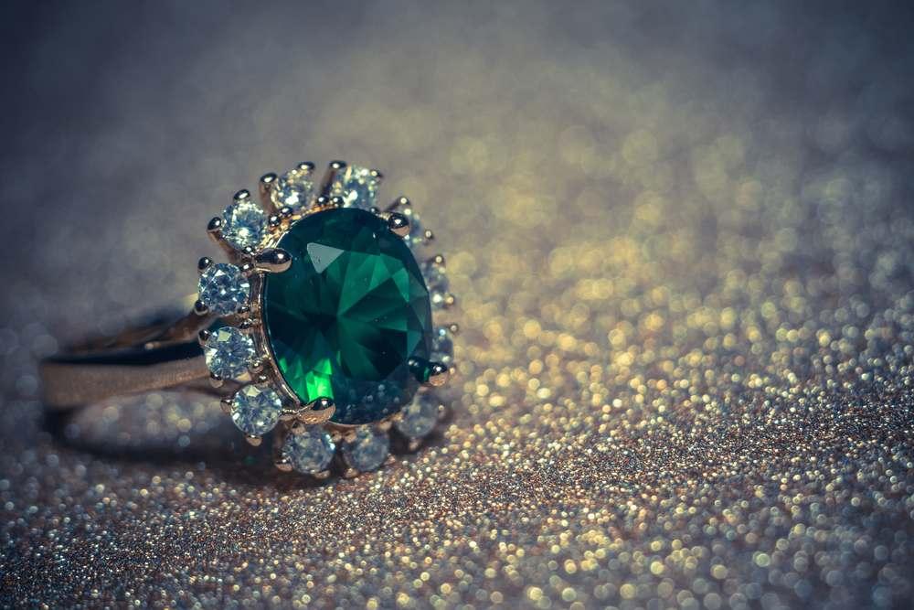 Pierścionek z zielonym oczkiem