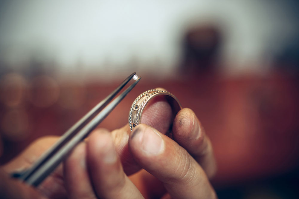 Co zrobić, gdy z biżuterii odpadł kamień?